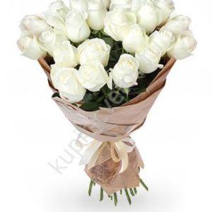 белые_розы_в_крафт-бумаге
